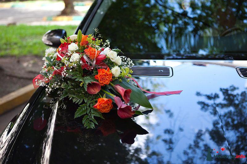 Украшение черного свадебного авто из многообразия прекрасных цветов красно- белого цвета. - фото 124082 Невеста01