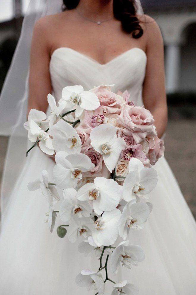 Каскадный букет невесты из белых орхидей и сиреневых роз  - фото 1111955 Флорист Ковалёнок Дарья
