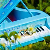 Подставка в виде пианино на свадьбе в стиле гжель