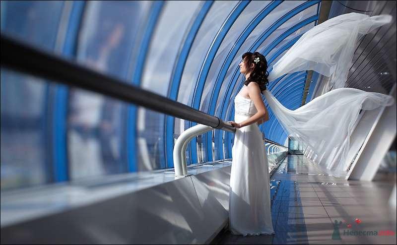 Невеста в белом длинном платье стоит возле высого окна - фото 80108 Черепанов Артем фотограф