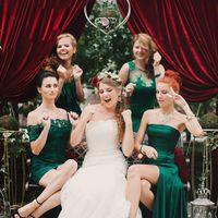 Поющая невеста и её подружки в зеленых платьях