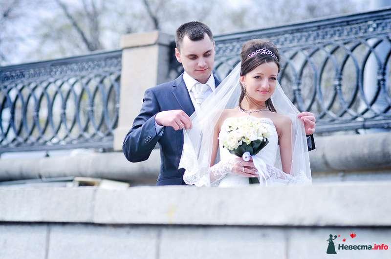 Жених и невеста стоят вместе  в парке - фото 93019 Фотограф Юлия Самохина