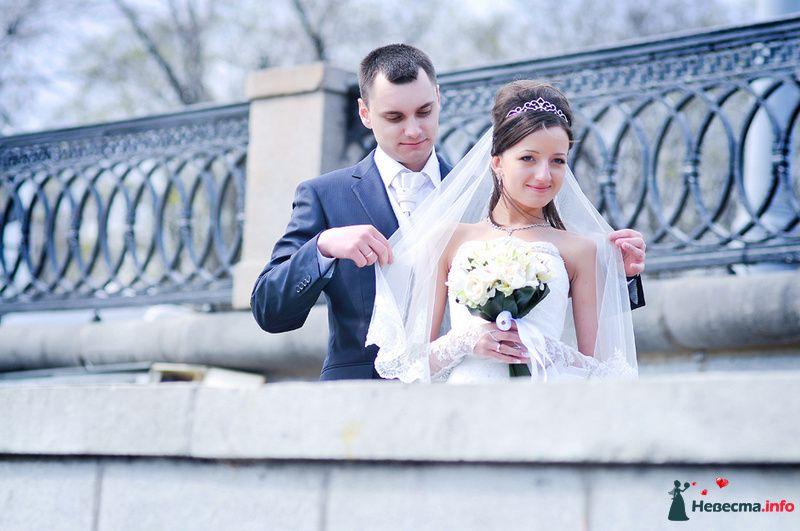 Жених и невеста стоят вместе  в парке