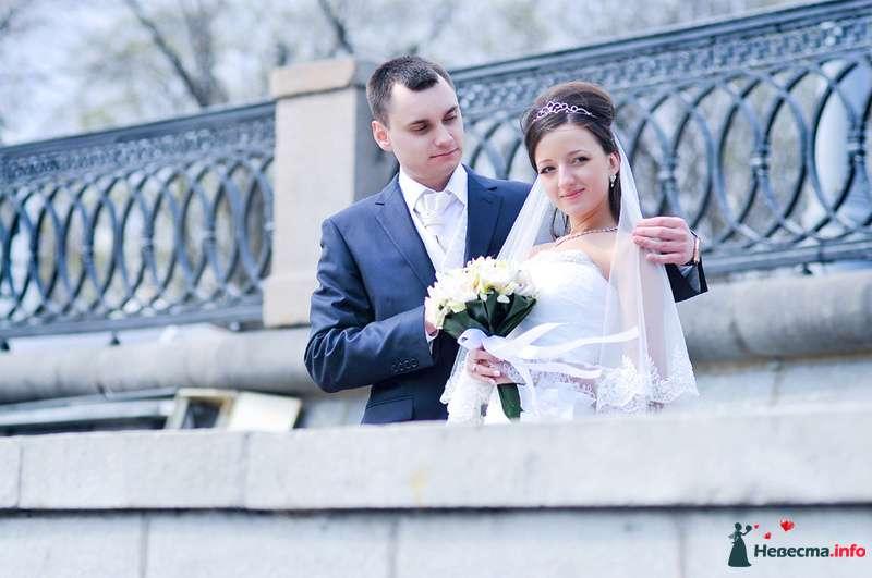 Жених и невеста стоят, прислонившись друг к другу, возле ограждения  - фото 93020 Фотограф Юлия Самохина