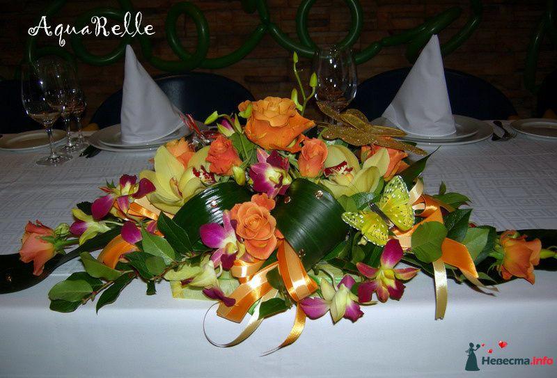 Композиция для стола из оранжевых роз, орхидей цимбидиум и орхидей дендробиум, гипсофилы и аспидистры. - фото 114738 Черная такса