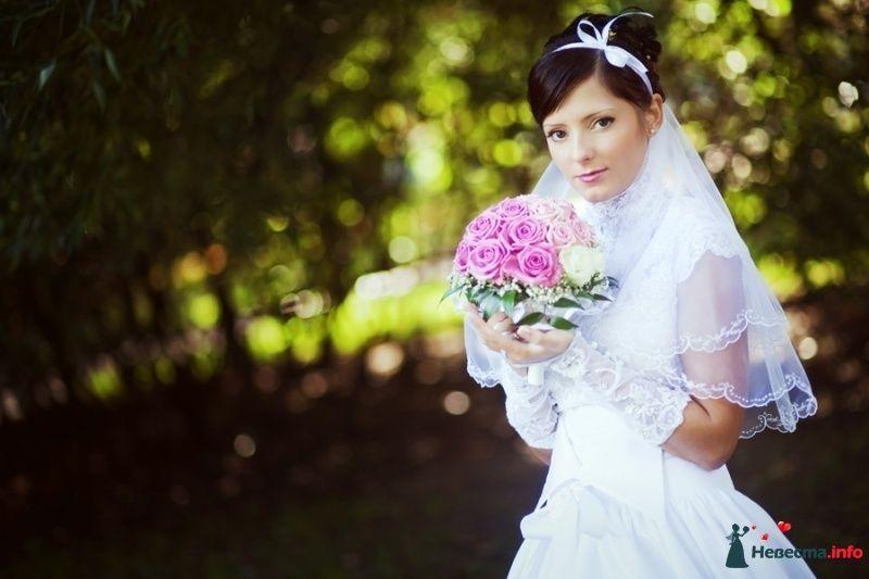 Невеста в белом длинном платье стоит с букетом розовых цветов в парке - фото 82460 Невеста01