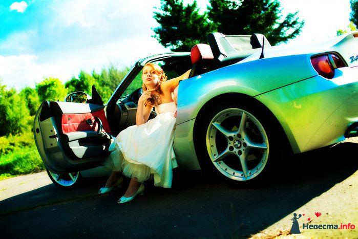 Невеста в белом длинном платье сидит в серебристой машине - фото 82886 Невеста01