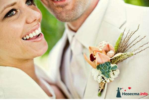 Бутоньерка из розовых орхидей, зеленых суккулентов, белой гортензиии, зеленых и коричневых колосков, украшенная ракушкой и - фото 122546 *GERLS*