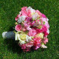 Розовый букет невесты из фиалок и роз для свадьбы в национальном австрийском стиле