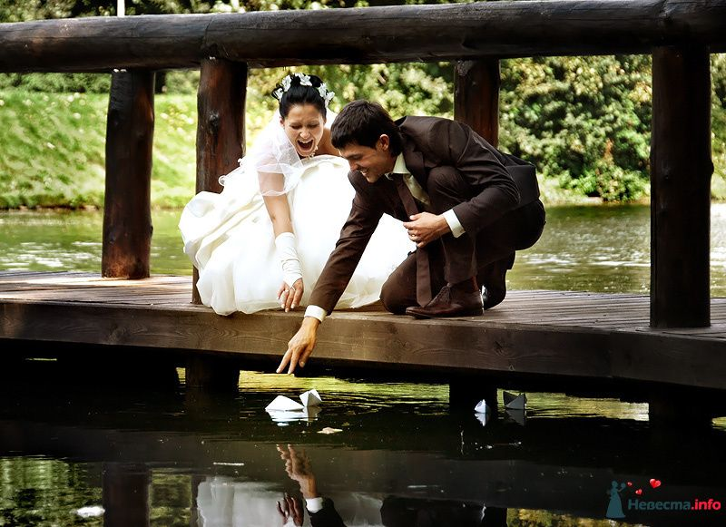 Жених и невеста запускают бумажный кораблик в озере - фото 83303 Невеста01