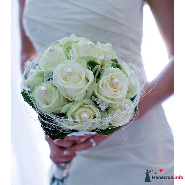 Букет невесты из белых роз, декорированный зеленью и белыми бусинами  - фото 115242 hоре