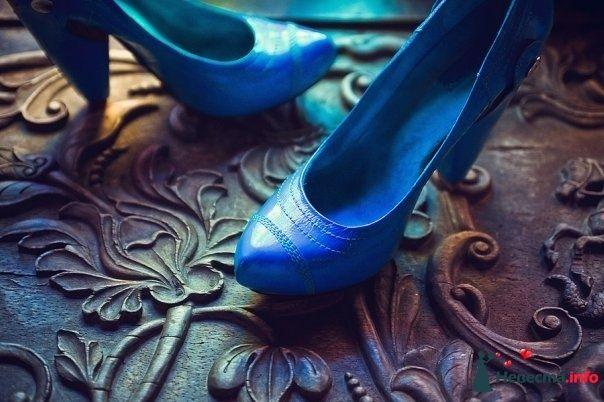 Синие туфли на высоком к низу зауженном каблуке, сбоку на заклепке. - фото 87180 Невеста01