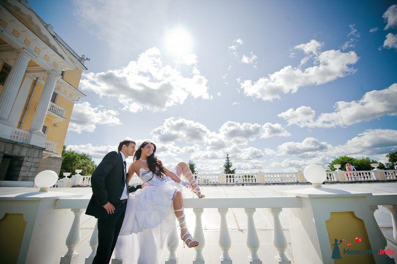 Жених и невеста, взявшись за руки,   стоят на фоне облачного неба посреди улицы - фото 89214 Любовь Ю.