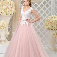 Свадебное платье  DAISY  А-силуэта -«принцесса» воплощает мечты о сказочном образе. Роскошная многослойная юбка выполнена из пудрово-розового фатина и украшена небольшим шлейфом. Лиф покрыт красивым кружевом в светло-молочном цвете, фестоны кружевных аппл