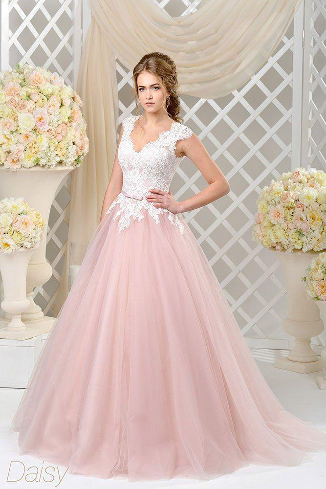 """Свадебное платье  DAISY  А-силуэта -«принцесса» воплощает мечты о сказочном образе. Роскошная многослойная юбка выполнена из пудрово-розового фатина и украшена небольшим шлейфом. Лиф покрыт красивым кружевом в светло-молочном цвете, фестоны кружевных аппл - фото 16782520 Свадебный салон """"Vesta - Bride"""""""