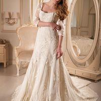 Свадебное платье Арт. 29 - 001.  Цвет: белый.  Шикарное кружевное платье с рукавом и глубоким декольте, которое восхищает своим изяществом, грациозностью и роскошью, и конечно же, завораживает своей красотой. Спинка платья дополнена пуговицами, обтянутыми