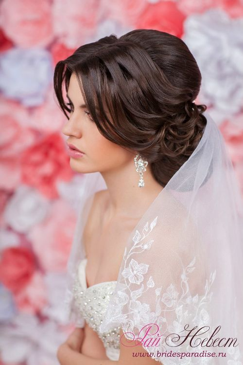 Прическа невесты с фатой на средние волосы с челкой