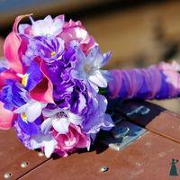 Розово-сиреневый букет невесты из калл, ирисов и лилий
