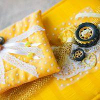Желтая подушечка для колец с необычным декором