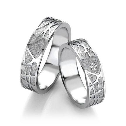 Обручальные кольца из белого золота с оригинальным узором