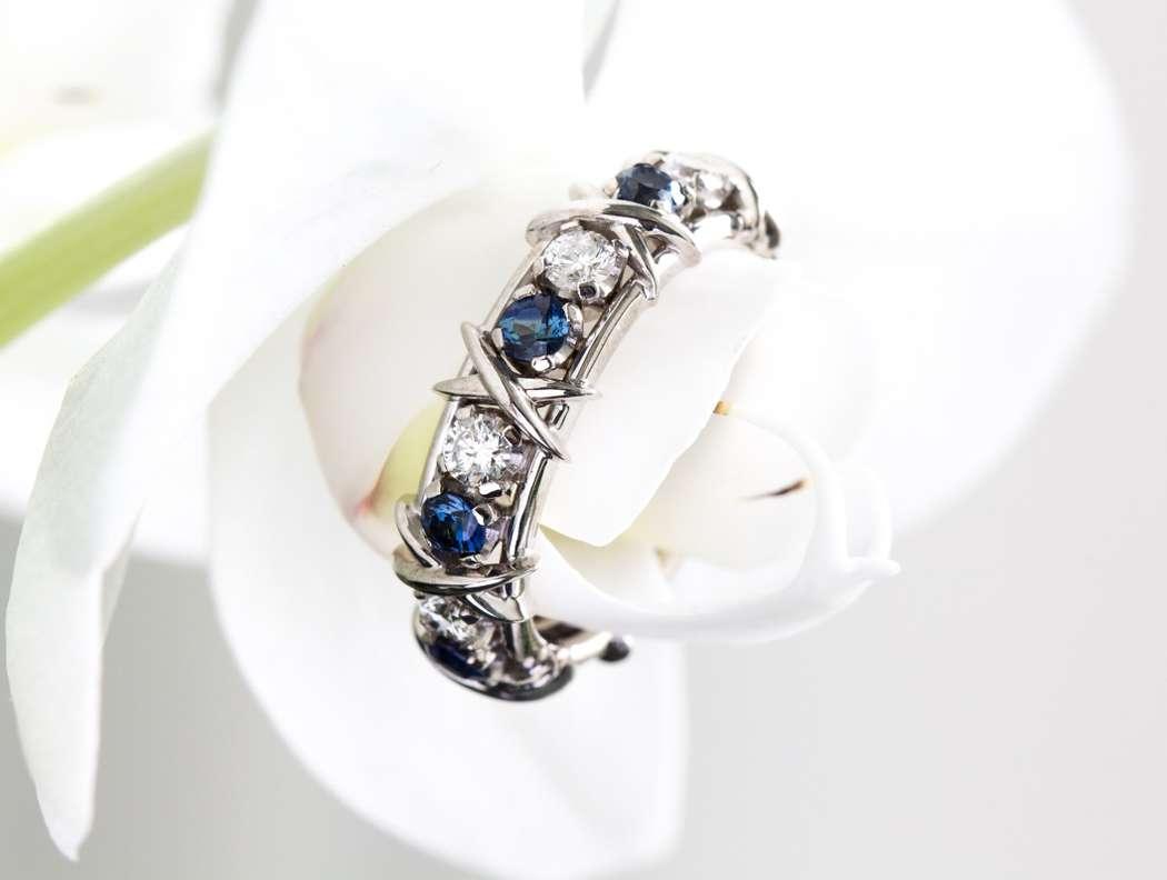 Обручальное кольцо с бриллиантами и сапфирами - фото 14323748 Ювелирная студия UvelirMoscow