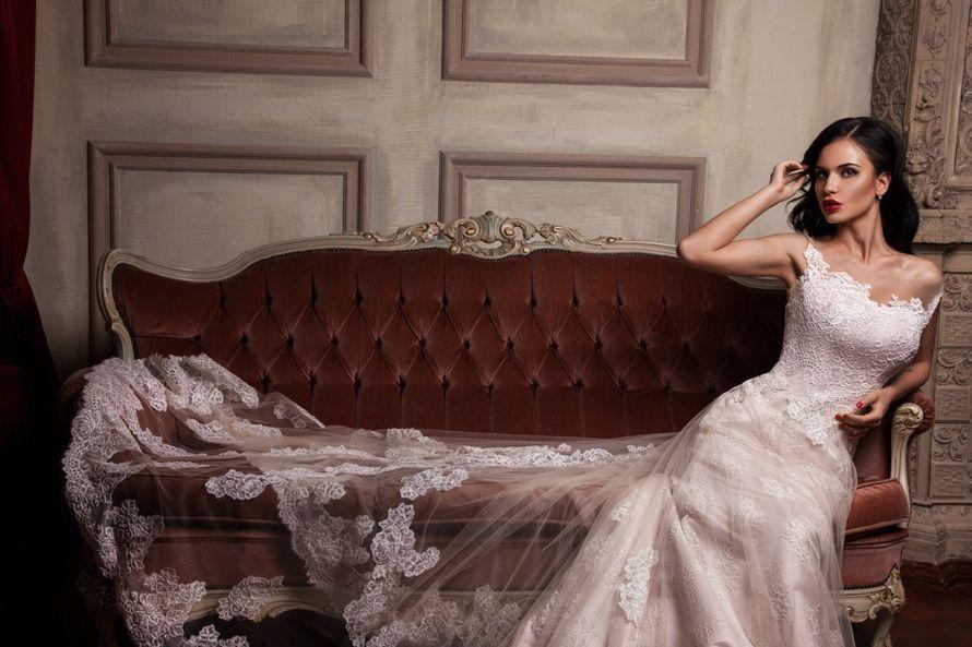 """Свадебное платье """"Лукия""""  Фасон: а-силуэт Материал: кружево и фатин Шлейф: длинный, пристегивается (можно укоротить) Особенности: пуговки по спинке Цвет: пудра, айвори, белый - фото 8325622 Свадебный салон """"Одри"""""""