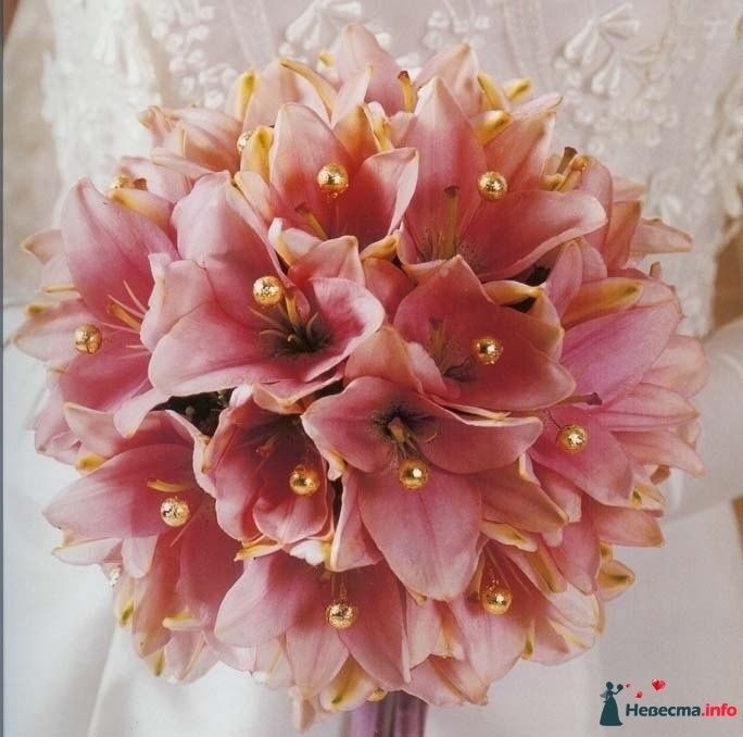 Букет невесты в круглом стиле из розовых лилий, декорированный оранжевыми бусинами  - фото 115320 kosca