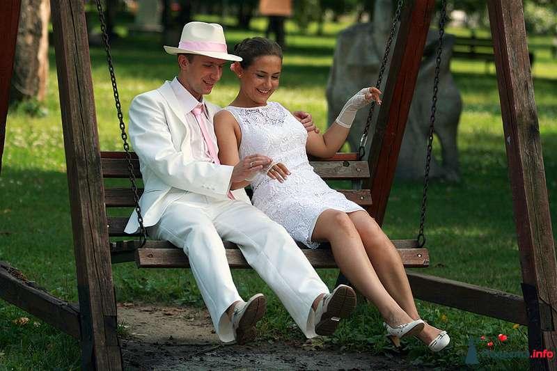 Жених и невеста сидят, прислонившись друг к другу, на деревянной качели - фото 92947 Ведущая - Ольга Павликова