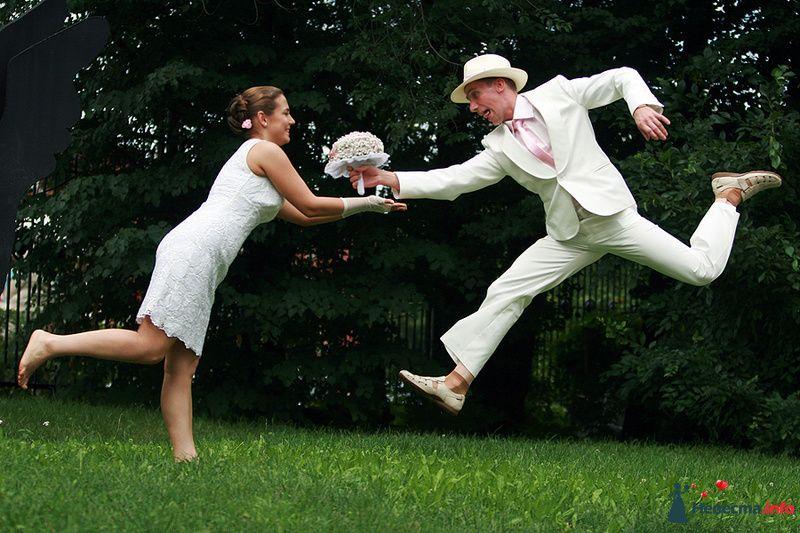 Жених и невеста стоят, прислонившись друг к другу, подпрыгивают в парке на фоне дерева - фото 92949 Ведущая - Ольга Павликова