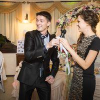 Подружка невесты словила букет, а буквально через пару месяцев стала невестой. Вот и не верь после этого свадебным традициям.