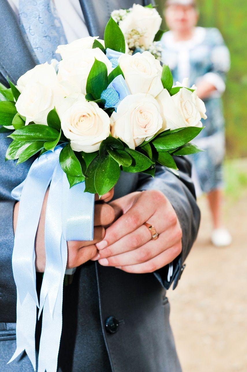 Букет невесты из белых роз, декорированный голубой атласной лентой  - фото 784781 Идеальная Свадьба - свадебное агентство