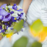 Букет невесты из сиреневых ирисов и орхидей
