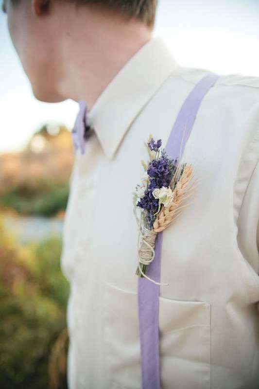 Бутоньерка в стиле рустик из синей лаванды, белой фрезии и колосков, декорированная белой ниткой, на фиолетовом фоне - фото 1389279 WhiteLee