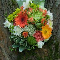 Букет невесты в зелено-оранжевых тонах из роз, гербер и гвоздик