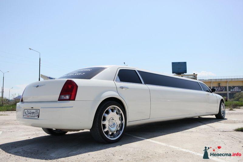 """Белый """"Chrysler"""", на фоне автостоянки, здания и зелени. - фото 103027 Компания """"КАРАВАН-СЕРВИС"""""""
