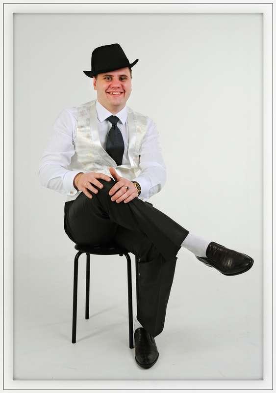 """Образ жениха для тематической свадьбы """"Чикаго"""": чёрная шляпа, чёрные брюки, серый жилет, белая рубашка с чёрным галстуком - фото 2490149 Фотограф Сергей Гивиряк"""