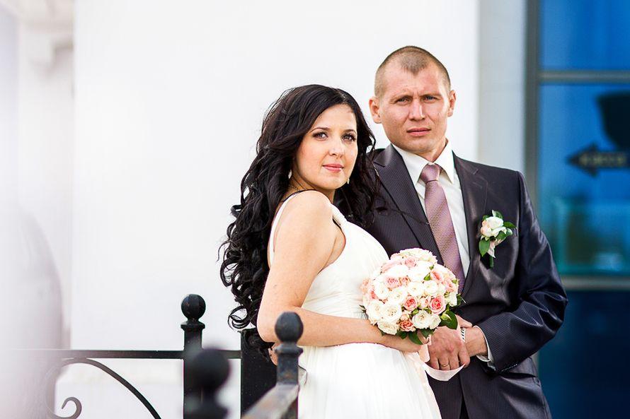 Жених и невеста, прислонившись друг к другу, стоят на фоне здлания - фото 3289473 Фотограф Стас А.Григорьев