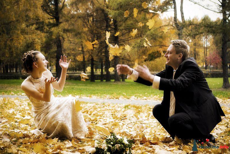 Жених и невеста в осеннем парке бросают в воздух жёлтые листья - фото 98299 Фотограф Бернард Роман