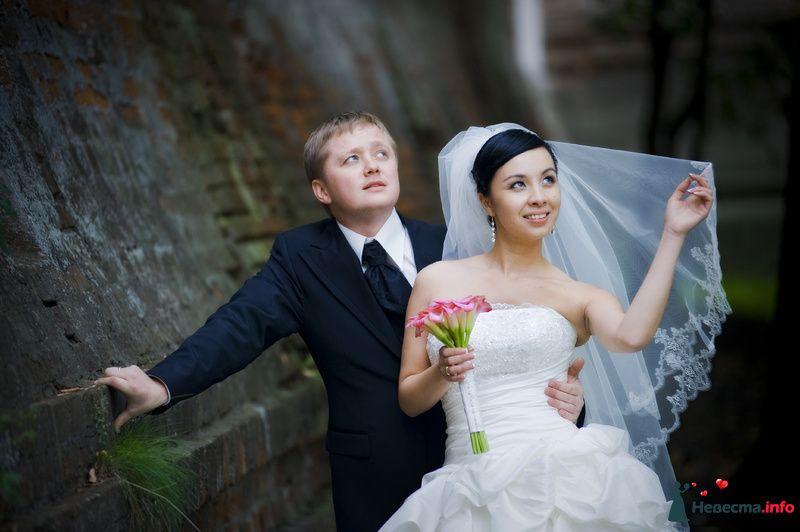 Жених и невеста стоят, прислонившись друг к другу, возле старой - фото 98306 Фотограф Бернард Роман