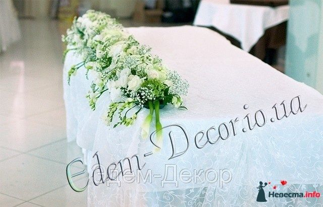 Украшения для стола из отдельных букетов из белых роз, калла, белых орхидей и гипсофилы. - фото 114340 Невеста01
