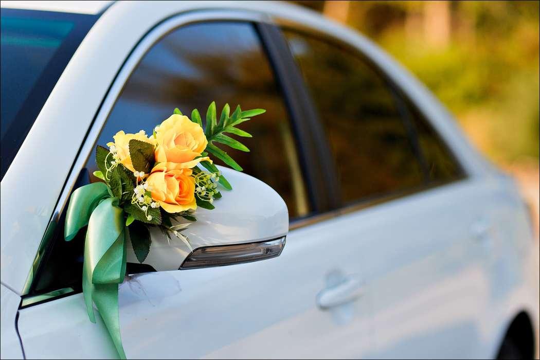 "Букетики желтых роз на зеркалах заднего вида. - фото 867283 Транспортная Компания ""Carтеж"" - прокат авто"