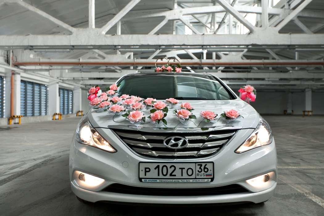 """Россыпь розовых роз по капоту и стойка из колец в розах на крыше свадебного авто. - фото 867563 Транспортная Компания """"Carтеж"""" - прокат авто"""