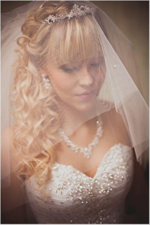 Свадебные прически с фатой и диадемой на средние волосы с челкой фото