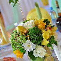 Композиции из живых цветов и фруктов на столы гостей.