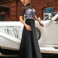 Выдержанное в классических традициях вечернее платье из черного шелка и гипюра.
