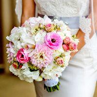 Букет невесты в розово-белых оттенках из астр, гортензий, роз и орхидей