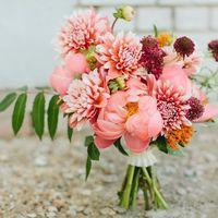 розовый букет невесты из пионов и астр