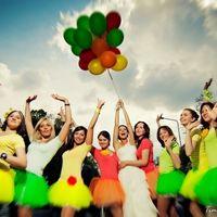 Невеста и яркие подружки невесты в пачках