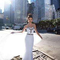 Свадебное платье трансформер. К силуэту русалка пристегивается юбка-шлейф. Лиф в форме сердечка. Платье декорированно изящной расшивкой бисера и кристаллов. Шлейф 30 см, пристяжной 70 см. Основной материал: креп