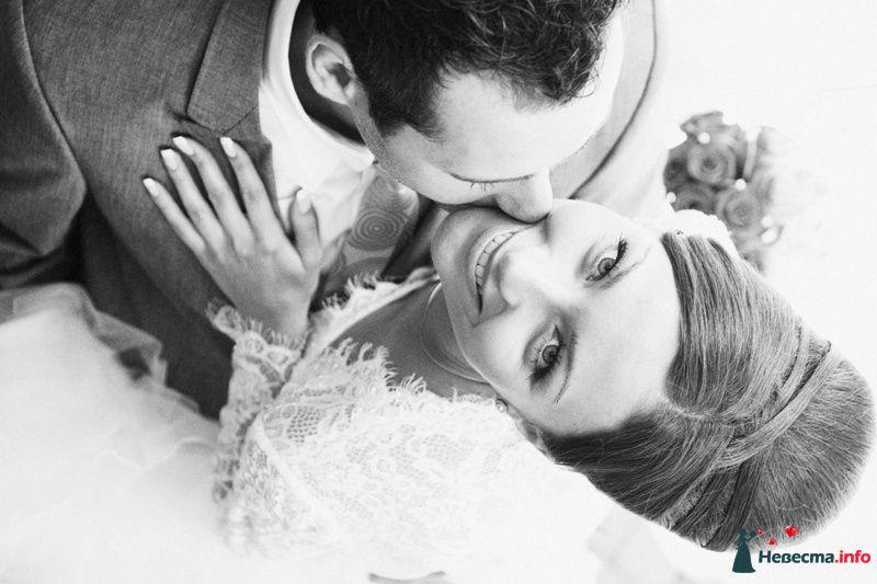 Утонченный лик будущей молодой жены превосходно подчеркивает прическа - фото 124364 Невеста01
